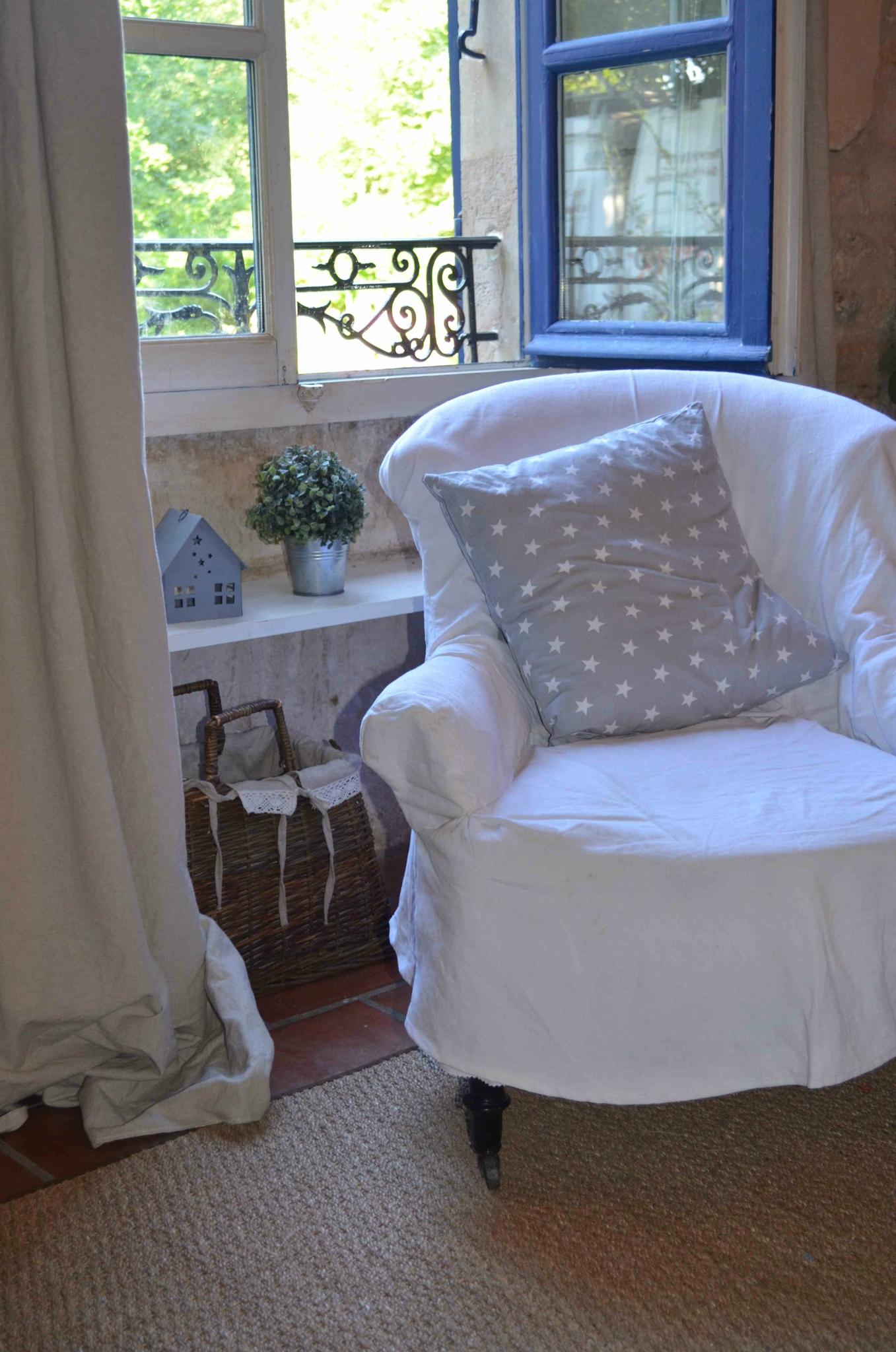 fauteuil devant fenêtre